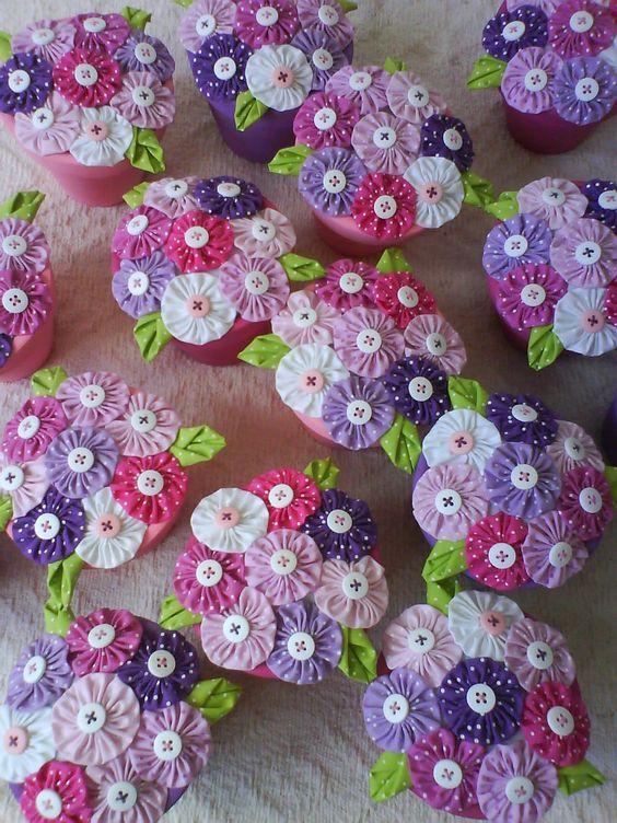 Vasinhos com flores de fuxico - Alinhavo: