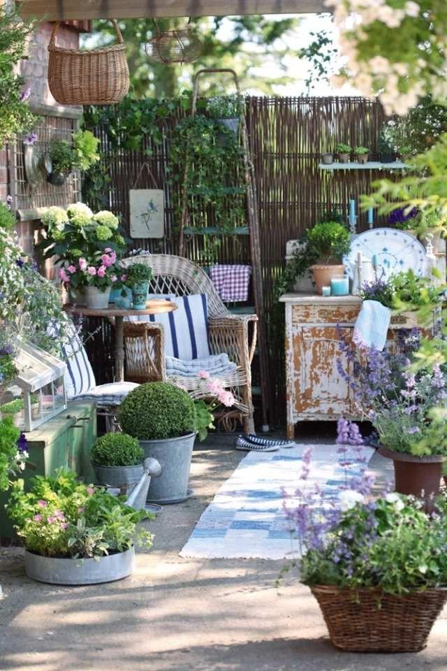 Terrasse Gestalten Landhausstil Pflanztisch Gartenzubehör Sessel Rattan