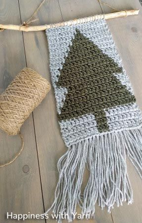 A free crochet pattern of a wall hanging. Do you also want to crochet this wall hanging? Read more about the Free Crochet Pattern Christmas Wall Hanging #christmascrochetpatterns