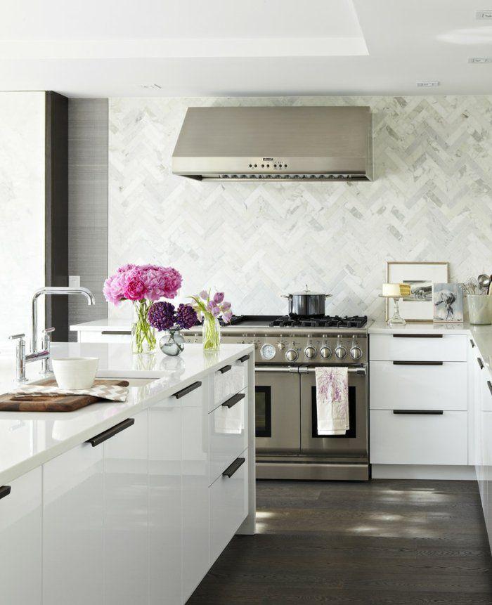 wandgestaltung ideen küche weiße küchenschränke dunkler boden