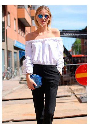 5ca73f68ba Inspiração street style como usar decote de ombro a ombro  blusa branca  renda manga longa
