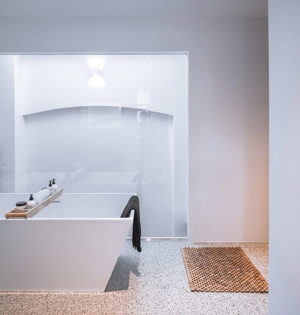 Natuurlijk licht in badkamer door glazen wand | Badkamer inspiratie ...