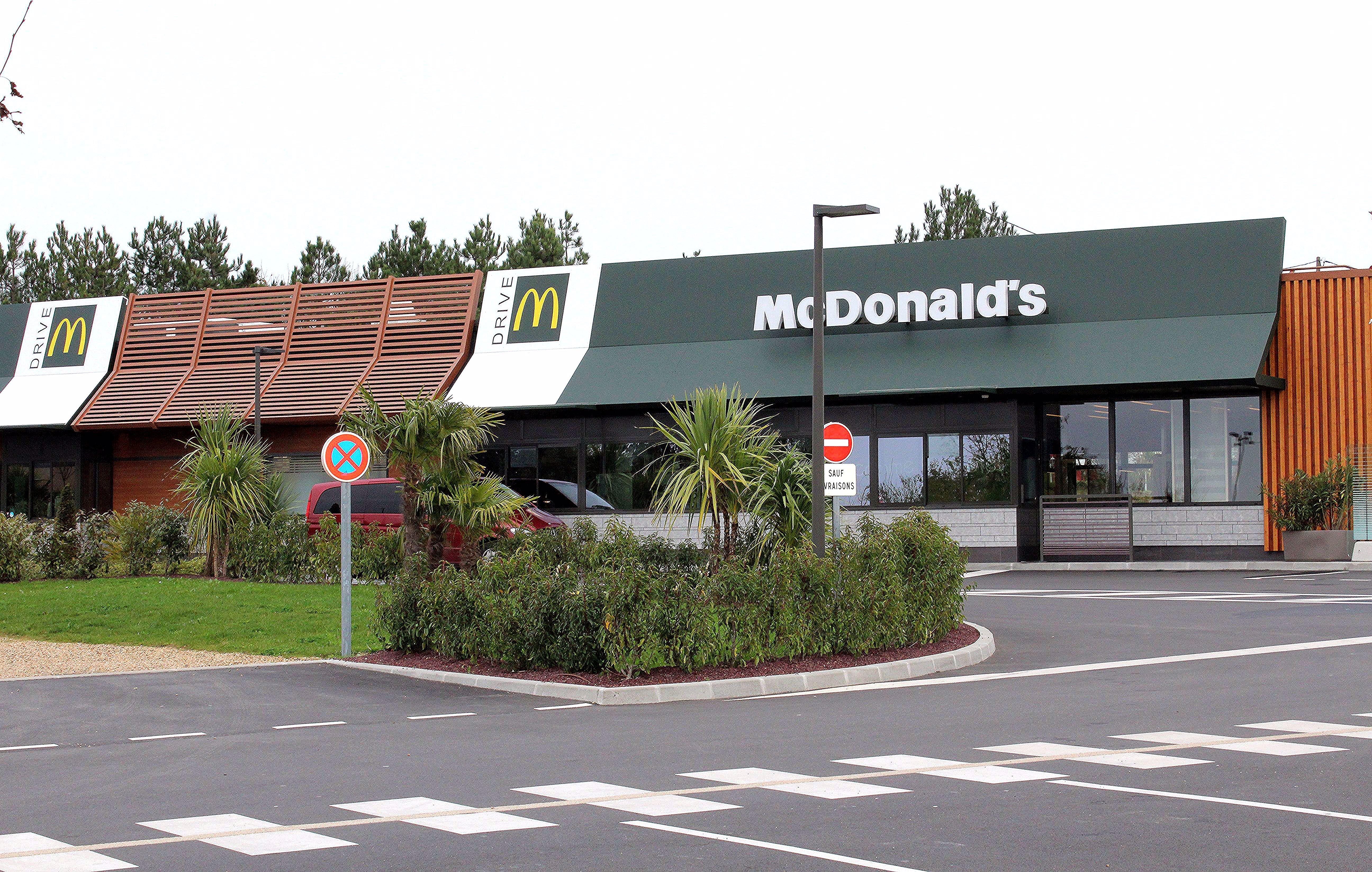 Restaurant Mcdonald S Restauration Rapide Ouvert Toute L Annee Outdoor Decor Decor Outdoor