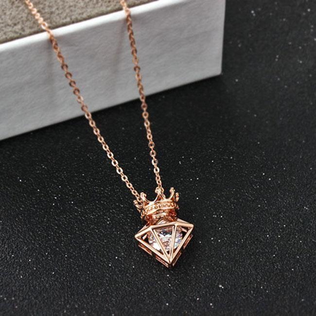 Fashion Triangle Crown Cubic Zircon Crown Diamond Pendant Necklace