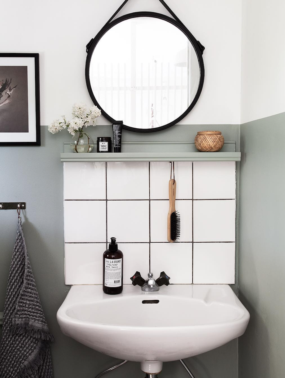 24 Ideas To Decorate And Organize A Small Bathroom With A Tight Budget Small Bathroom Small Bathroom Organization Small Bathroom Decor