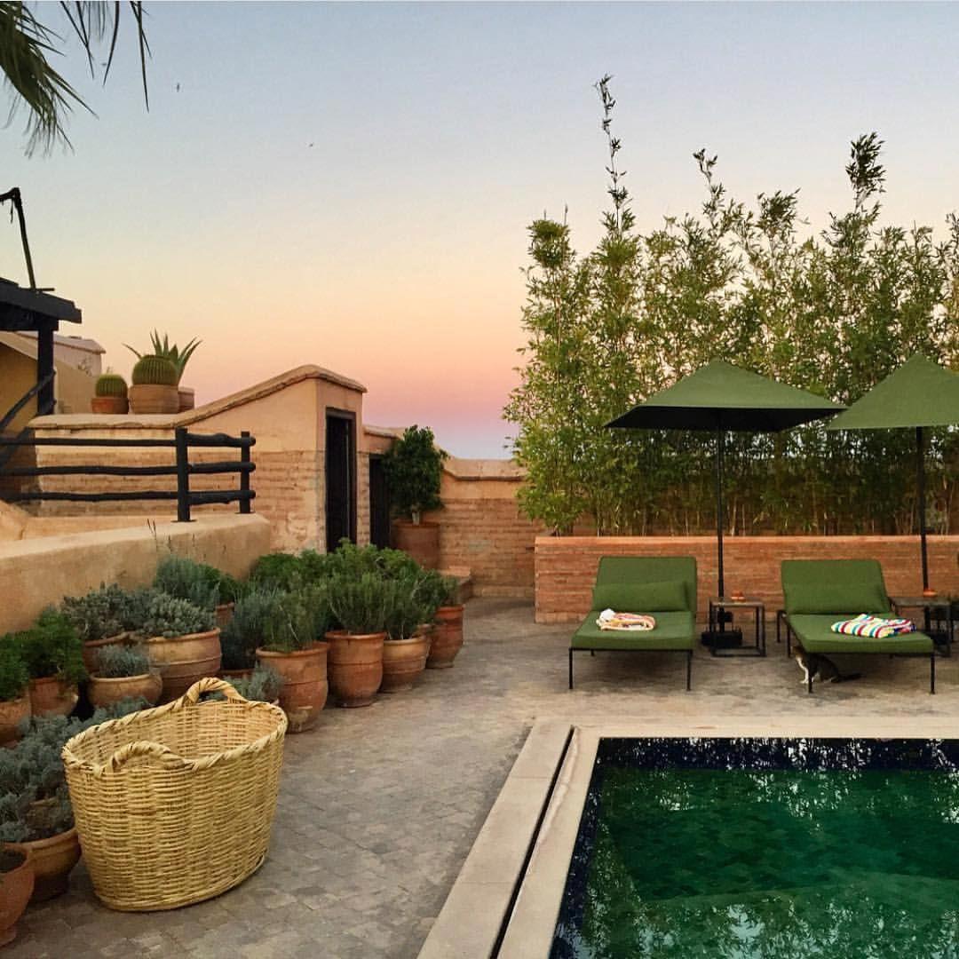 "580 Synes godt om, 4 kommentarer – El Fenn Hotel Marrakech (@elfennmarrakech) på Instagram: ""Pool + sunset = apero time Photo by @huythelad"""