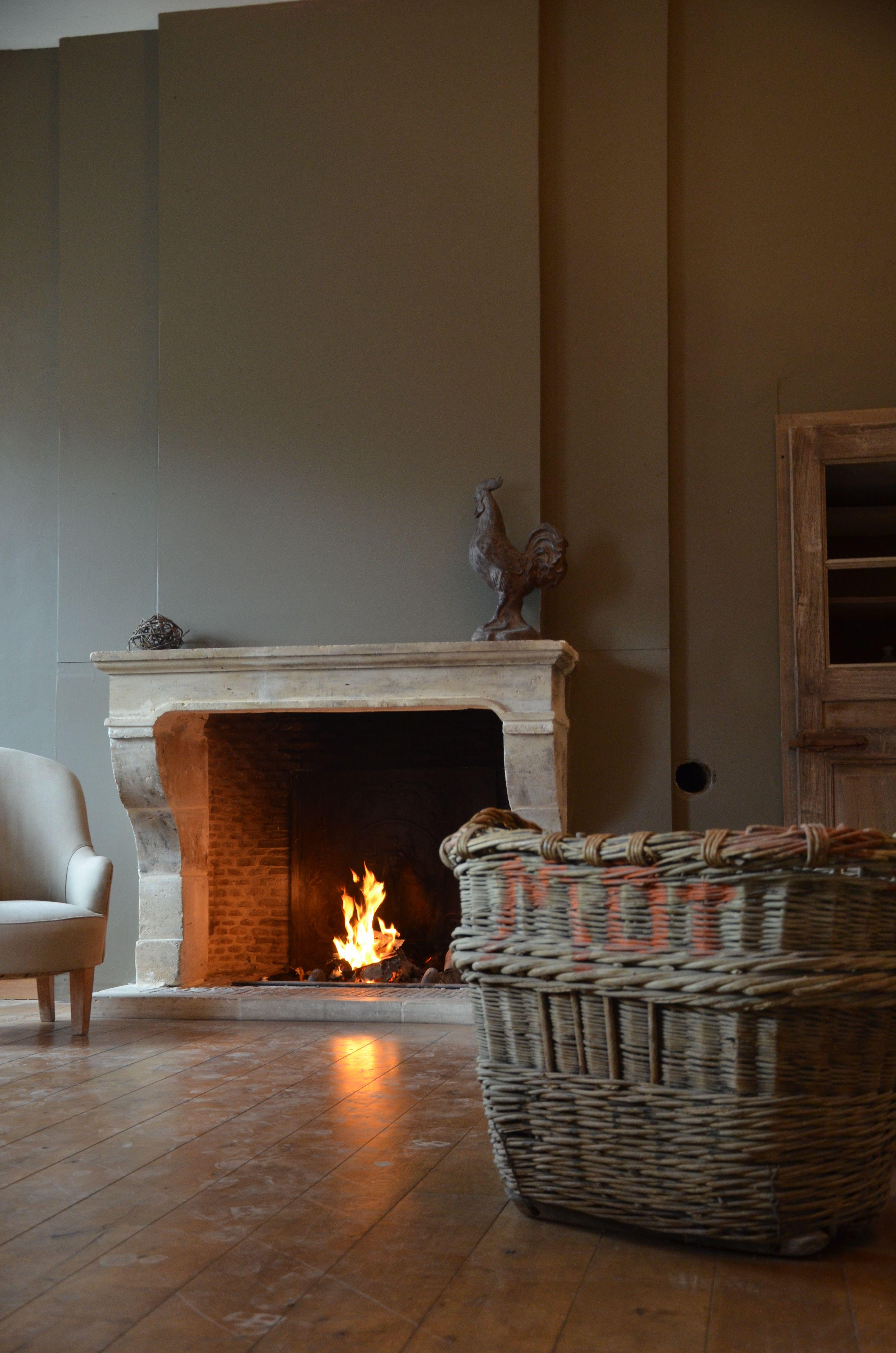 une chemin e en pierre de taille salon cheminee pierre chemin e en 2019 chemin es. Black Bedroom Furniture Sets. Home Design Ideas
