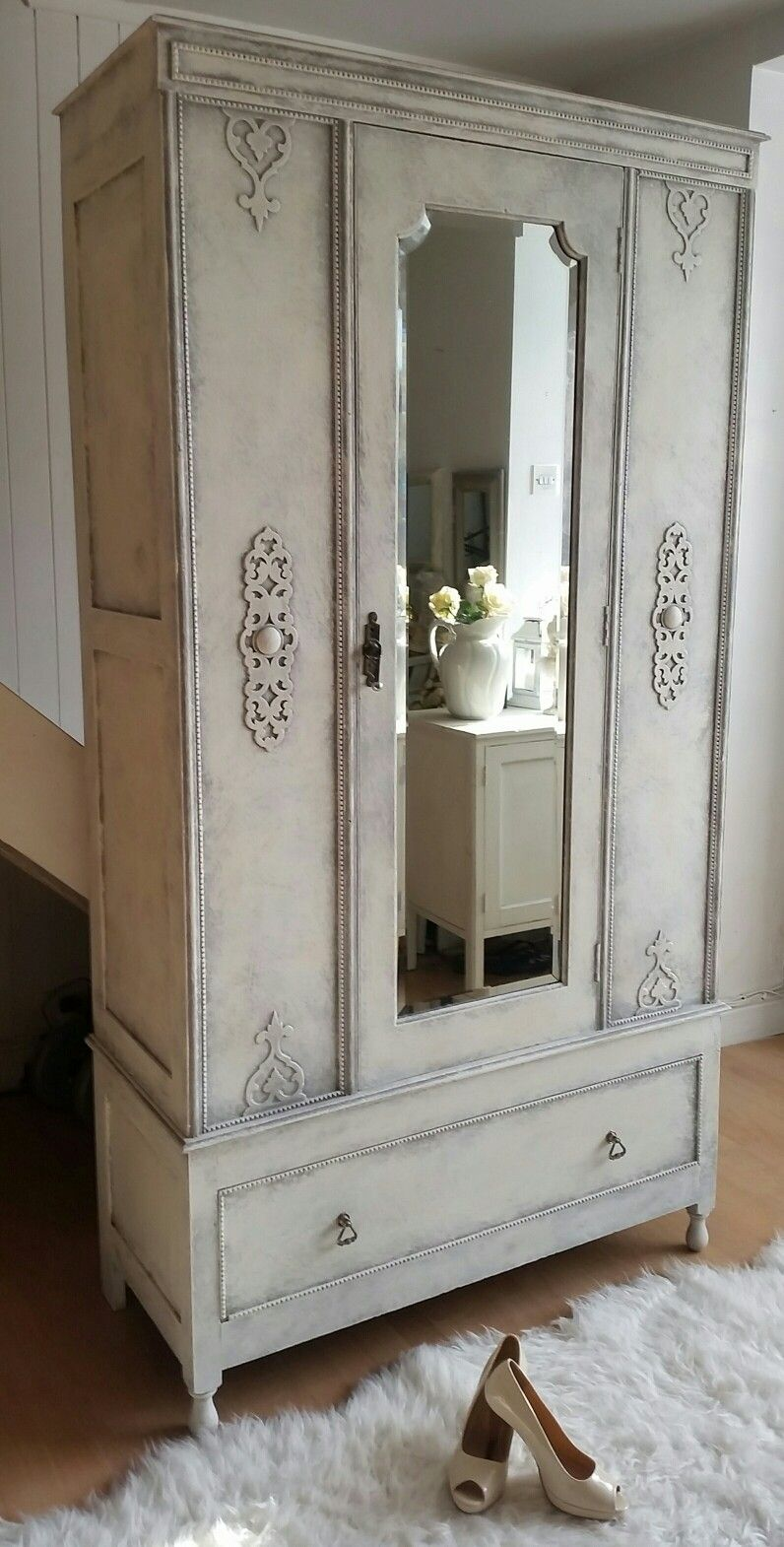 Canapé Shabby Chic beautiful romantic shabby chic wardrobe in anne sloan