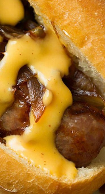 Brats mit karamellisierten Zwiebeln und Cheddar-Käsesauce   - Pork Recipes -