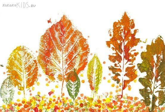 Se pueden hacer estampaciones con las hojas de los árboles. Se pintan las hojas de los colores que se quiera y luego se estampan en el papel