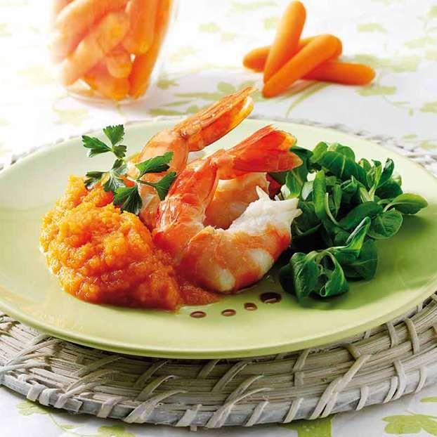 Gamberi con crema di carote e caffè, un secondo di pesce preparato per noi da Monica Bianchessi. Ricetta veloce e molto gustosa, perfetta per una cena in terrazza.
