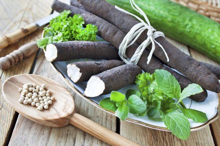 Schwarzwurzeln an Knoblauchsauce mit Gemüse-Rösti Zutaten für 4 Personen Rösti: 800 g Gschwellti vom Vortag, 1 Rüebli, fein geraffelt, 5 cm Lauch, in kleine Stücke geschnitten, 1 Zwiebel, fein gehackt, 1 TL Salz, Pfeffer, Paprika, Bratbutter oder Bratcrème Schwarzwurzeln: 1 TL Salz, 2 EL Zitronensaft, 800 g Schwarzwurzeln Sauce: 1 EL Butter, 2 EL Mehl, 2 dl Milch, 2 dl Gemüsebouillon, 1 bis 2 Knoblauchzehen, in breite Streifen geschnitten, Salz, Pfeffer Zubereitung Für die Rösti Gschwellti…