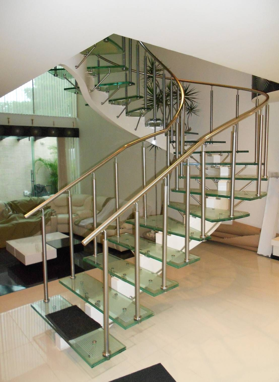 Escalera de cristal con herrajes y pasamanos de acero for Pasamanos de escaleras interiores