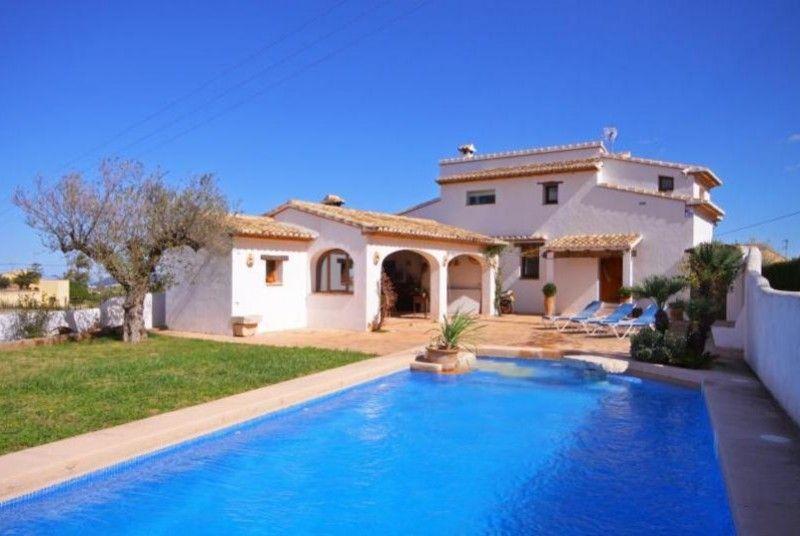 Rustikale Villa mit grossem, von Rasen umgebenden, Pool. Grillplatz, ideal um die Mahlzeiten draussen zu geniessen