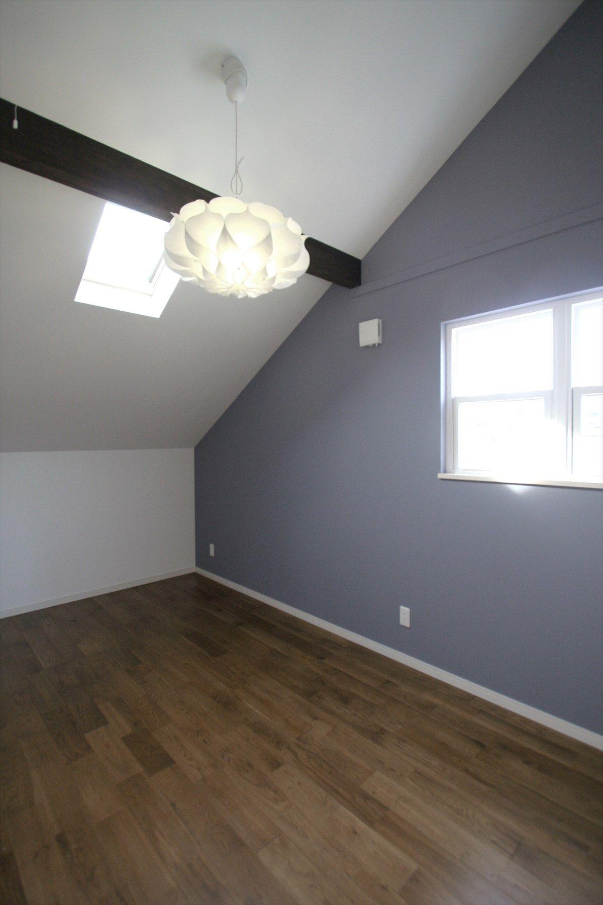 寝室 ベッドルーム ベッド 洋室 アクセントクロス 勾配天井 天窓 梁