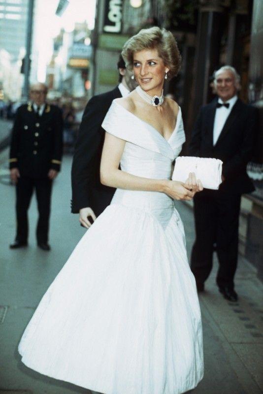 La mostra Diana  her fashion story inaugura a Londra  4edfd453d98