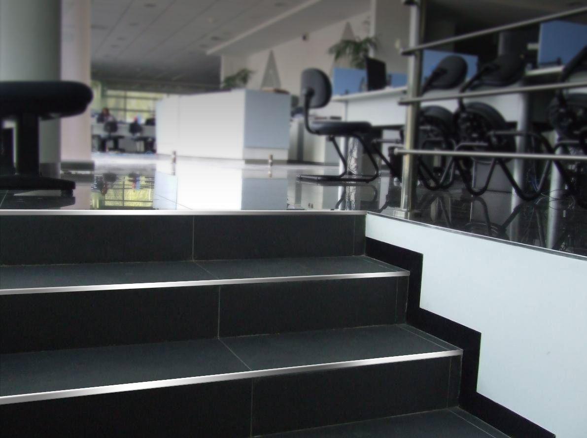 Varilla L De Acero Inoxidable En El Borde De Las Gradas Elegancia  ~ Materiales Para Peldaños De Escaleras Interiores