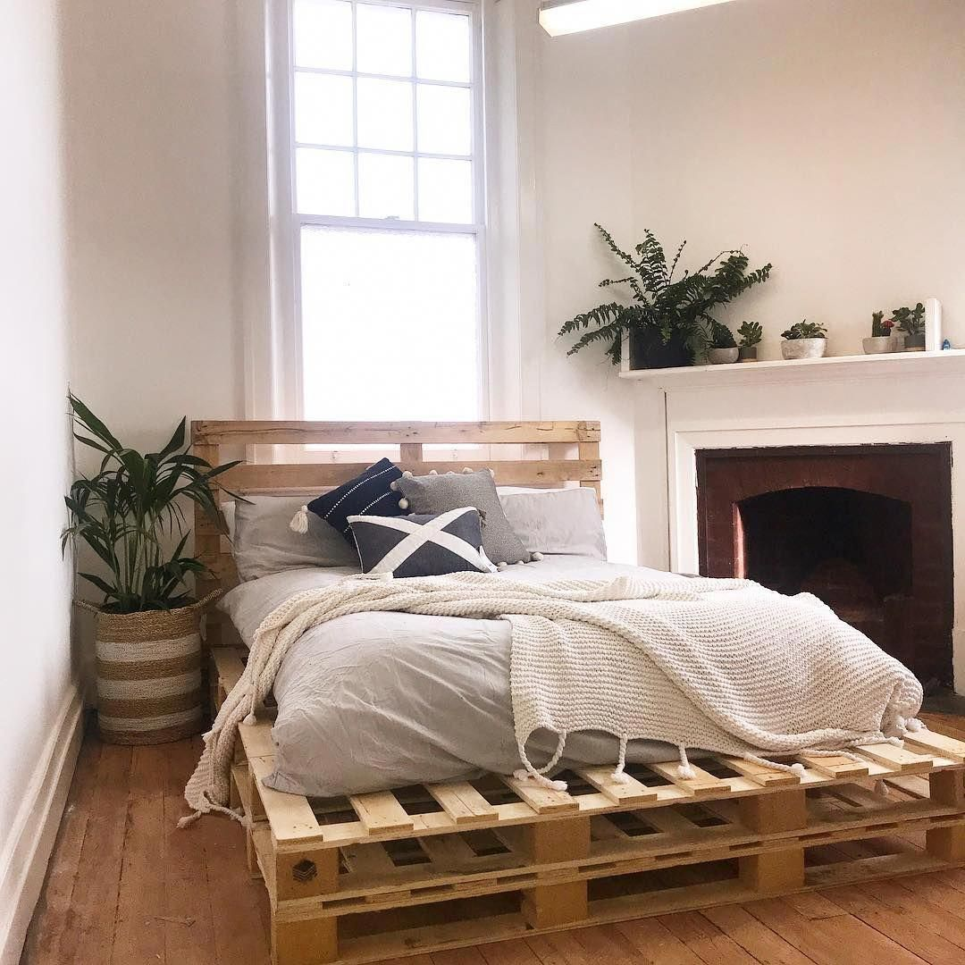 Wonderful Double Layer Wooden Pallet Bed Projects Woodenbed Palletbeds Palletfurniture Pallet Bed Bedf Diy Pallet Bed Wooden Pallet Beds Pallet Furniture
