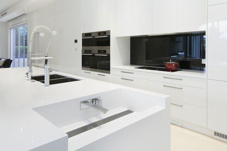 Pared negra en la cocina al estilo minimalista cocinas - Cocinas minimalistas ...