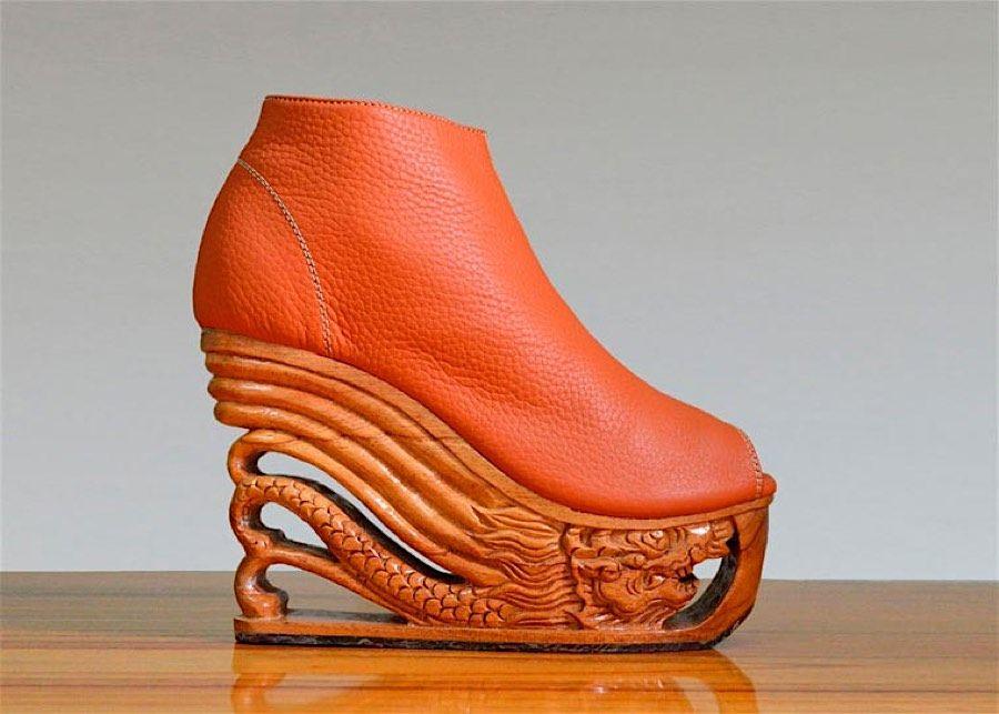 Recht selten bestehen die Sohlen von Damenschuhen aus Holz – was eigentlich verwunderlich ist, wenn man bedenkt, was man aus Holz so alles machen kann. Die vietnamesische Designerin LanVy Nguyen etwa schnitzt sehr interessante Motive in die Sohlen ihrer Kr