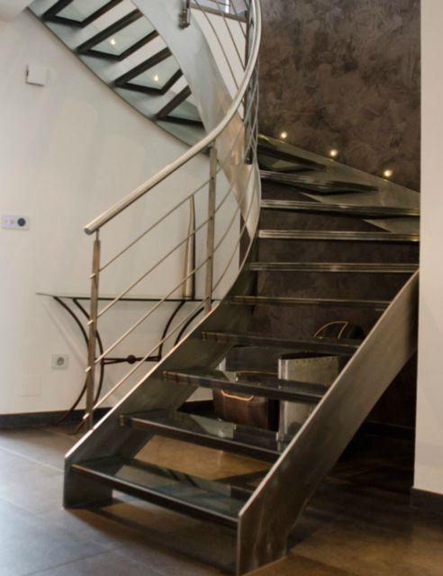 escalier-deux-quart-tournant-double-limon-finition-poncee-vernis