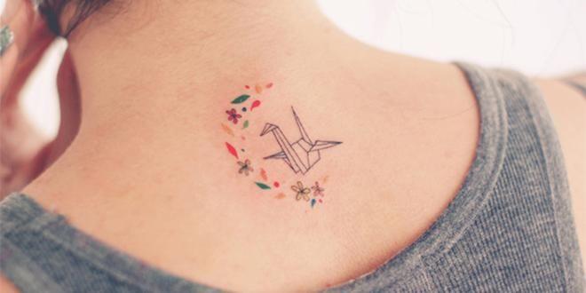 Me gusta, es original, pequeño y con colores.Tal vez cambiaría la grulla... Antes de descartarlo, algo de info: A lo largo de todo el Lejano Oriente, la grulla es considerada un pájaro de buen augurio.Como motivo de tatuaje, la grulla puede ser un símbolo de elegancia, sabiduría, paz y amor por la vida. Según algunas leyendas la grulla, es el pájaro más antiguo de la tierra, y siempre ha capturado la imaginación humana con su belleza, longevidad, e inteligencia.