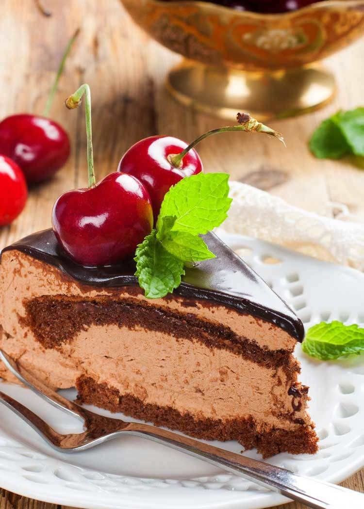 Copycat Longhorn Steakhouse Chocolate Mousse Cake | Every person who loves chocolate needs to try this easy chocolate mousse cake recipe as soon as they get the chance.