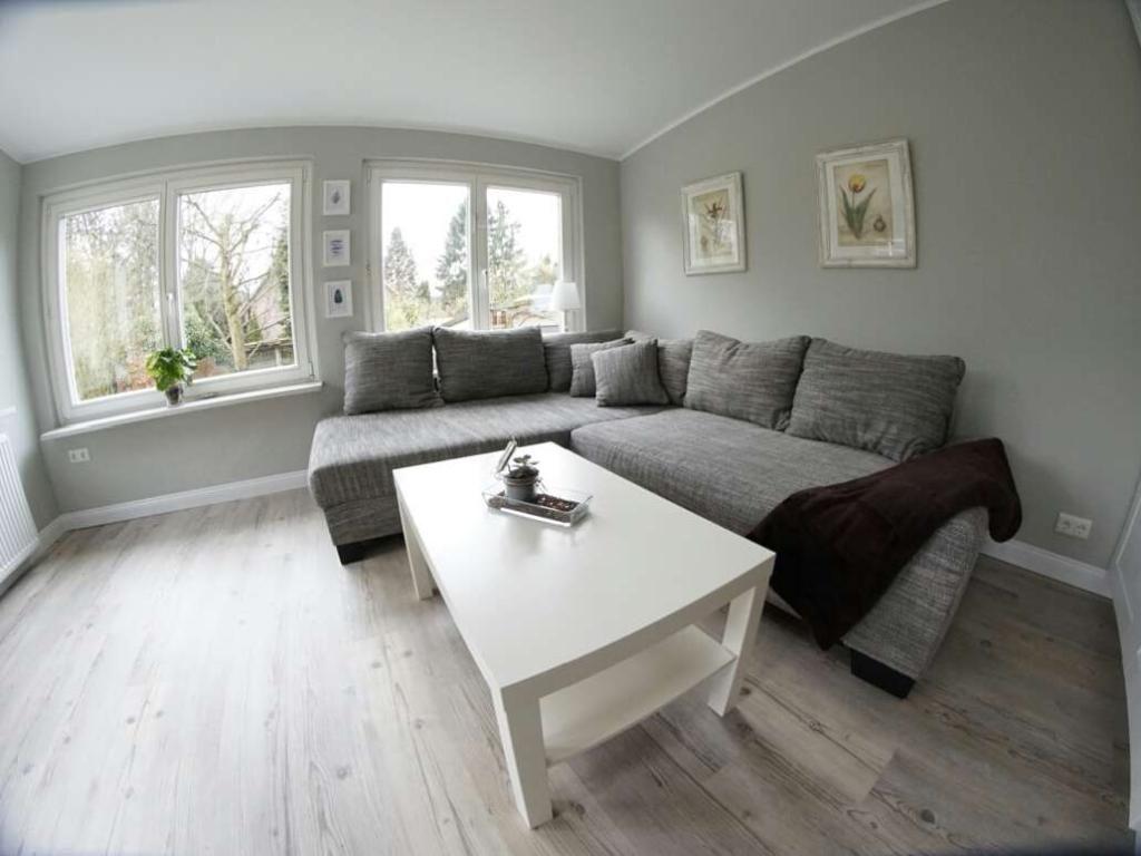 Ein Sehr Helles Elegantes Wohnzimmer Die Hellgrauen Wnde Und Das Hellgraue Sofa Sorgen Fr