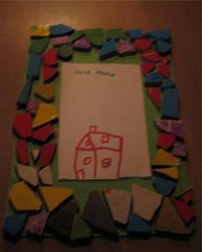 memo blokje op stevig karton plak je gekleurde steentjes. Daarop lijm je een notitieblokje, gemaakt van velletjes papier.