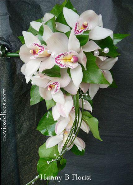 45067221ca8f Sensual y exótico ramo de novia de orquídeas rosa blancas estructurado con  adorno de perlas