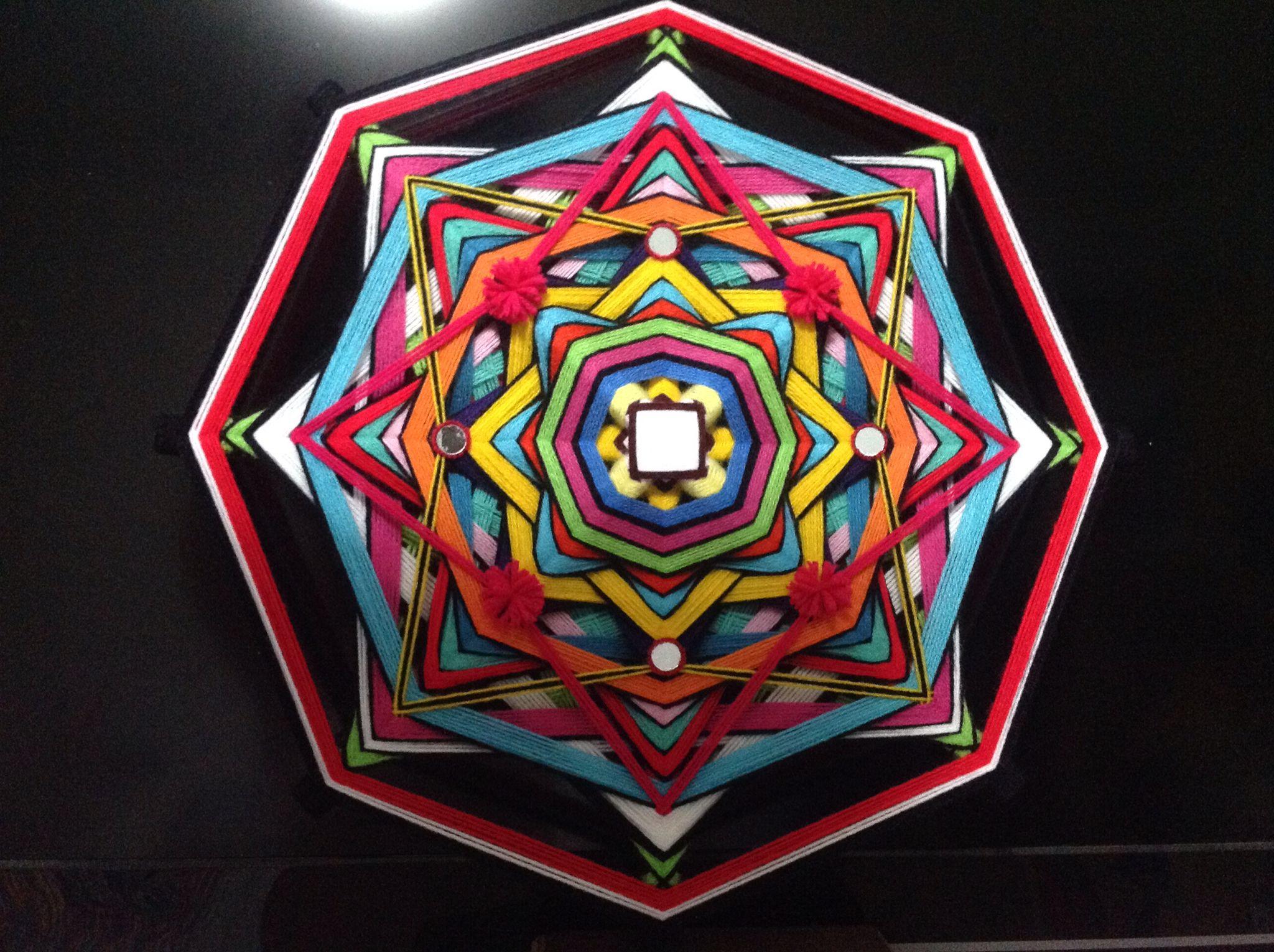 Mandala em fios (Ojo de Dios) com 60cm de diâmetro.