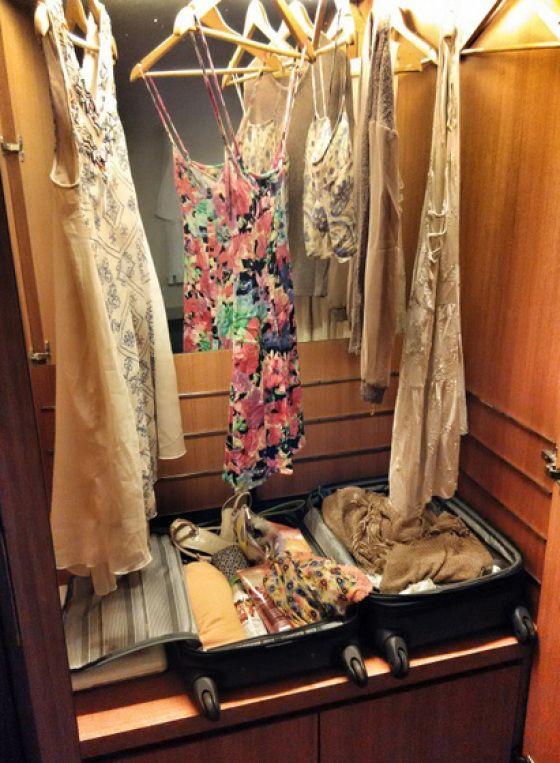 koffer open leggen met alles erin, scheelt uitpakken, en de nette kleren er gewoon boven hangen