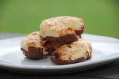 Kransekagemasse kan bruges til en række forskellige kager. Først og fremmest selvfølgelig kransekage, men også mandelhorn og konfektkager. Foto: Guffeliguf.dk. #kransekageopskrift
