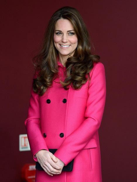 """Ennen tyylin muuttumista Catherinen hiukset olivat hulmuavan pitkät. Tätä tyyliä kuningattaren on huhuttu paheksuneen liian """"glamouriseksi""""."""