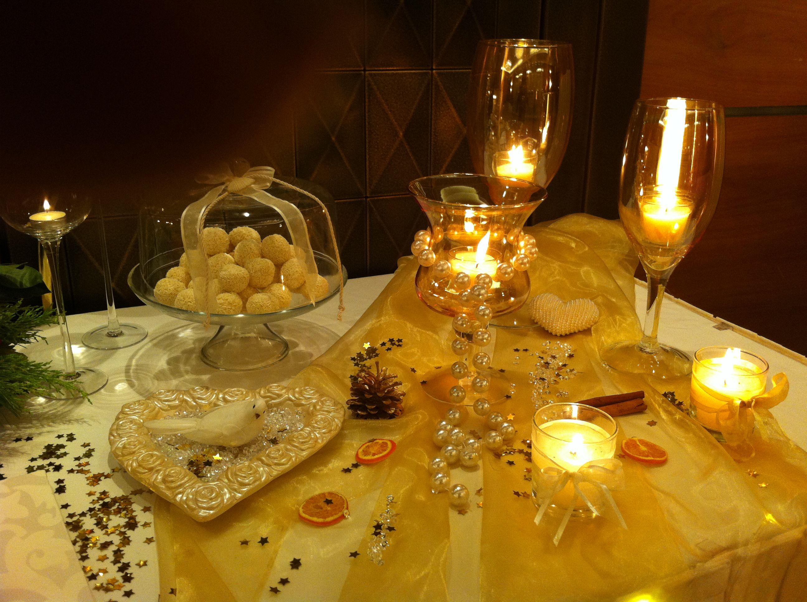 ba7f34c04c9b Τραπέζι γλυκών και ευχών στη δεξίωση του γάμου σε ξενοδοχείο με κουφέτα  μέσα σε γυάλες