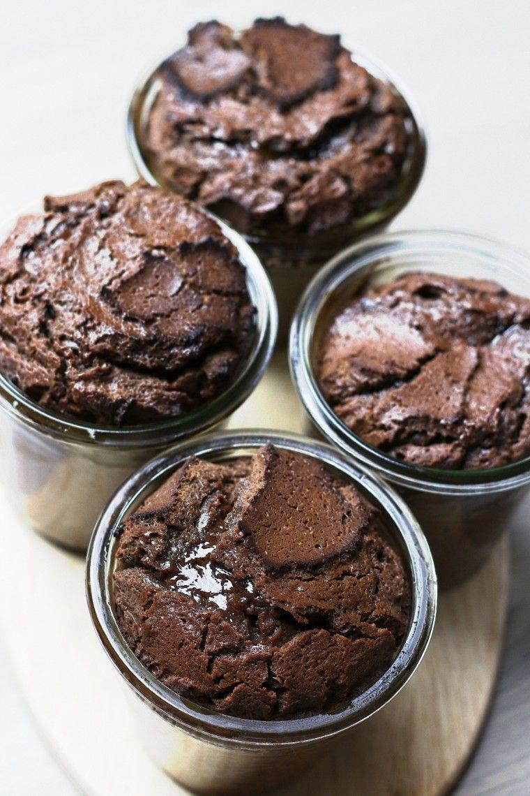schokoladenkuchen mit fl ssigem kern schokoladenkuchen warmer schokoladenkuchen dessert. Black Bedroom Furniture Sets. Home Design Ideas
