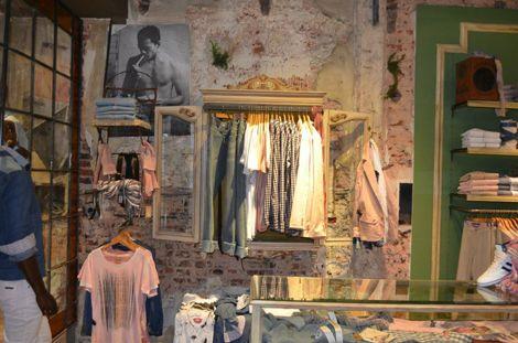 f9c71633af Una espectacular tienda de ropa en Buenos Aires llena de muebles vintage