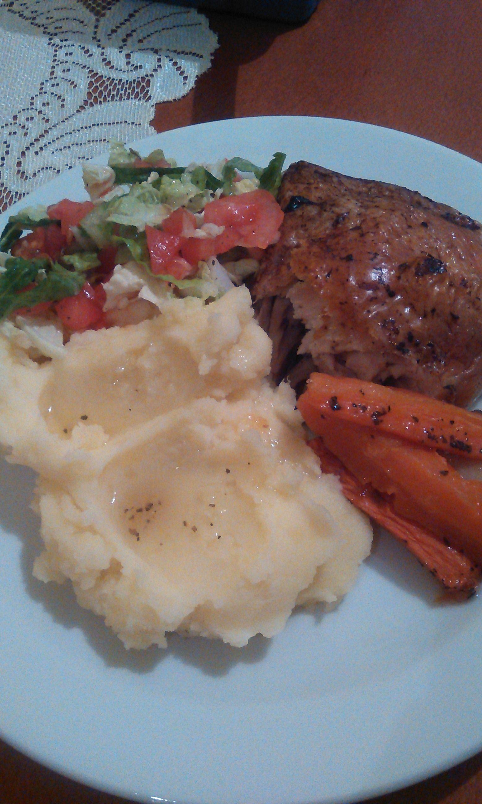 Kuracie stehná s pečenou zeleninou, zemiakovou kašou a čerstvým šalátom  Ingrediencie: Kuracie stehná, koreniny, sušené bylinky, mrkva, petržlen, cesnak = spolu upečieme. Zemiaky, trochu mlieka, maslo = urobíme kašu. Čínska kapusta, cibuľa, rajčina, trošku citrónovej šťavy = urobíme šalát.