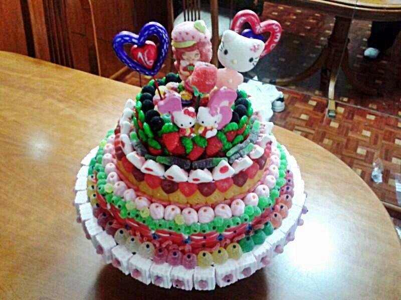 tarta con brochetas y corazones