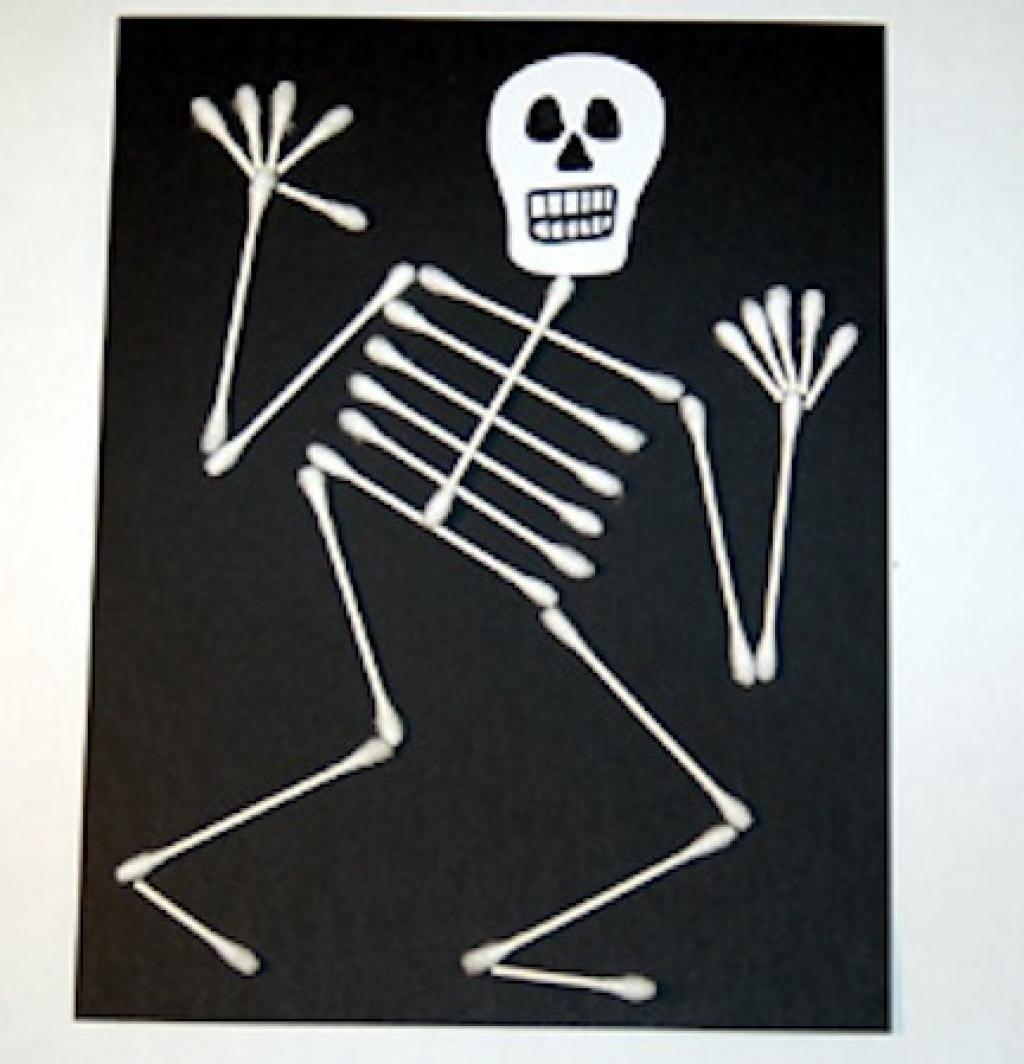 Un bricolage d 39 halloween avec de simple cotons tiges et des cartons noirs materiaux magasin Magasin de bricolage pour enfant