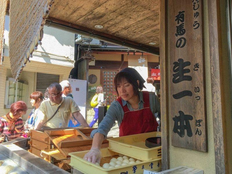 《樂遊日本三大古溫泉之一 有馬泡湯、嘗小吃去!》   位於神戶的「有馬溫泉」是日本三大古溫泉之一,與和歌山縣的「白濱溫泉」及愛媛縣的「道後溫泉」齊名; 另外,還與岐阜縣的「下呂溫泉」及群馬縣的「草津溫泉」並列為日本三大名湯。不但如此,日本著名的歷史人物豐臣秀吉也常愛來此泡湯療養,其泉質之佳與名氣之高,可見得非常值得一遊。
