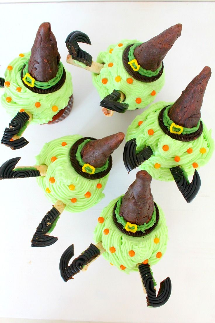 Need a spooky and wickedly easy treat for a Halloween party? These wicked witch Halloween cupcakes are fabulous and insanely cute!
