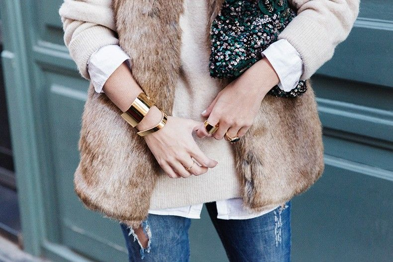 Tous_Jewelry-Faux_Fur_Vest-Ripped_Jeans-Beaded_Clutch-Outfit-Street_Style-65