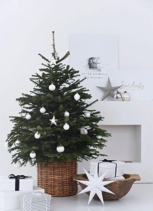 25 Cool Small Christmas Tree Decor Ideas Small Christmas Trees Decorated Minimalist Christmas Tree Minimalist Christmas