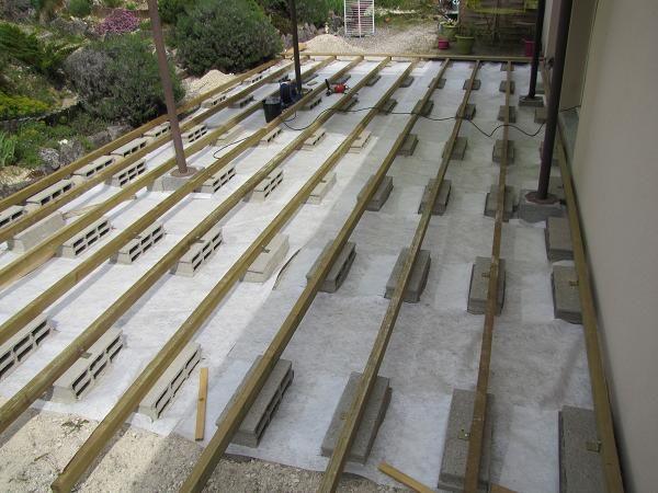 Terrasse en bois sur parpaings de 8m par 4m aménagement extérieur
