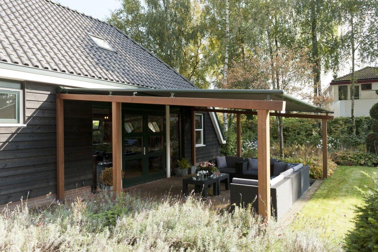 Tuin met houten terrasoverkapping met zonwerend en waterdicht doek ...