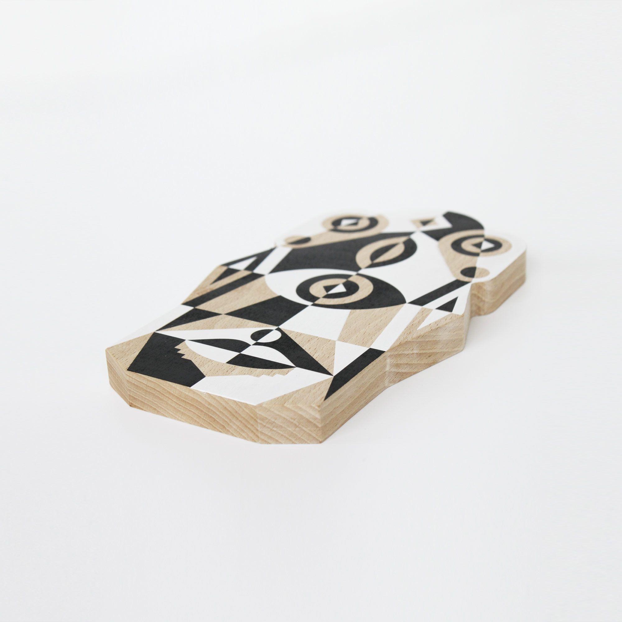 Pour designerbox, Leslie David imagine « Totem », planche à découper singulièrequi convie plusieurs générations d'arts graphiques à l'heure de l'apéro !