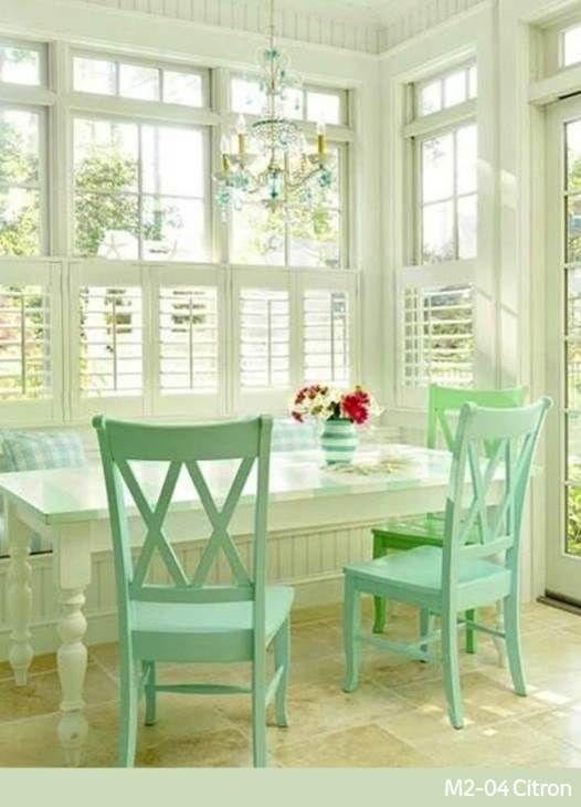 Y si pintamos las sillas de verde menta para renovar el comedor ...