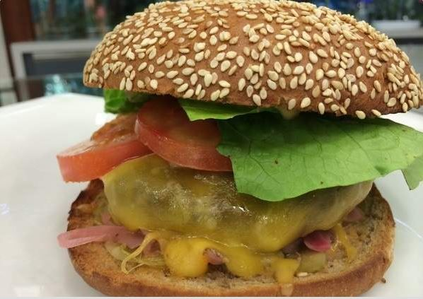 Thomas Troisgros ensinou a receita deste hamburguer no workshop do Super Chef Celebridades do Mais Você. Irresistível! http://glo.bo/1ouLWwO #Receitas #MaisVocePT #GloboPortugal