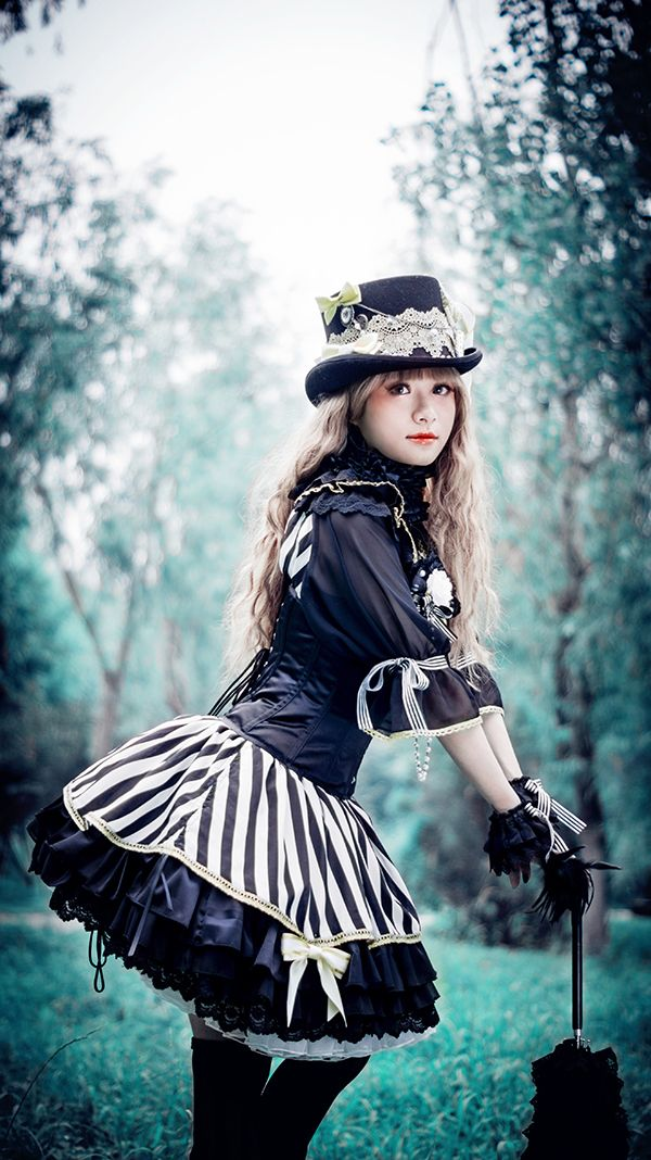 "A gorgeous Lolita wearing the ""Sleepless Masquerade in Twilight"" JSK~"